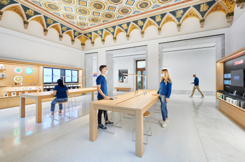 Apple_Via-Del-Corso-opens-in-Rome-interior-team-members_052721